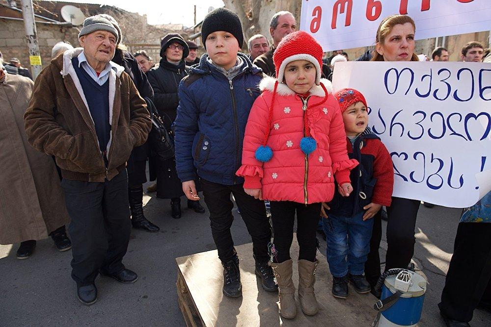 На акции протеста у президентского дворца собралось несколько десятков человек, среди них люди преклонного возраста и дети.
