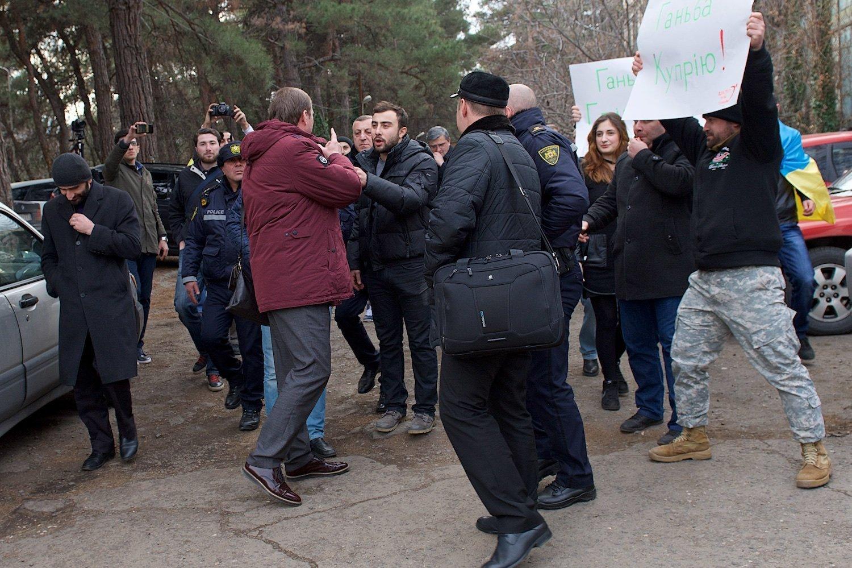 Сторонники Саакашвили преследуют представителей УКРОПа после их встречи со СМИ в столице Грузии.