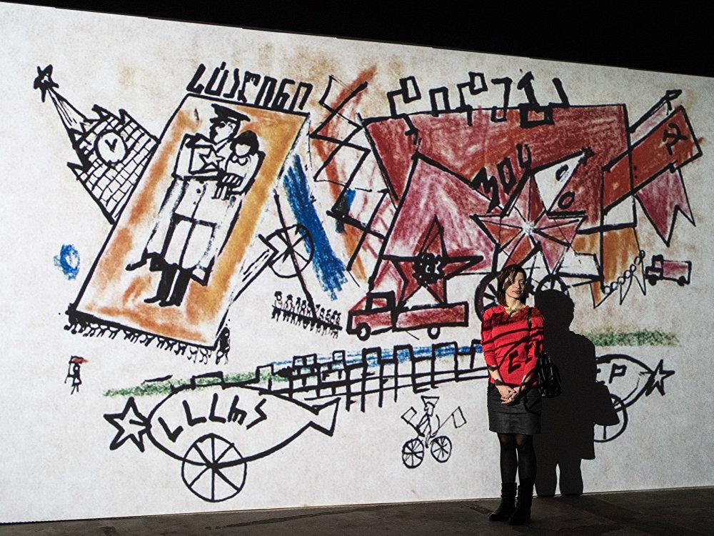 Посетительница фотографируется на память на фоне экспозиции на открытии мультимедийного проекта Резо Габриадзе Необыкновенная выставка в Москве.