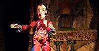 Сцена из спектакля Рамона Театра марионеток Резо Габриадзе на открытии мультимедийного проекта Необыкновенная выставка в Красном зале Музея Москвы.