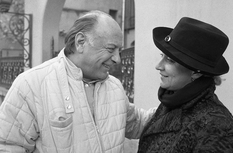 Народный артист Грузинской ССР Котэ Махарадзе (справа) с народной артисткой СССР актрисой Софико Чиаурели (слева) за беседой.
