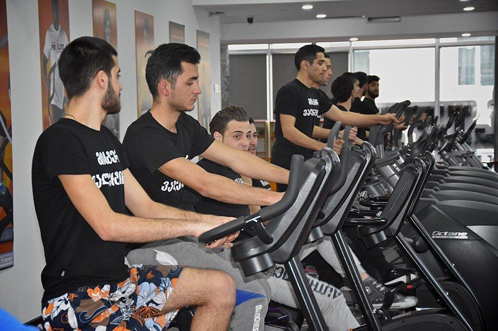 Участники конкурса Мистер Валентин в одном из тбилисских фитнесс-центров.