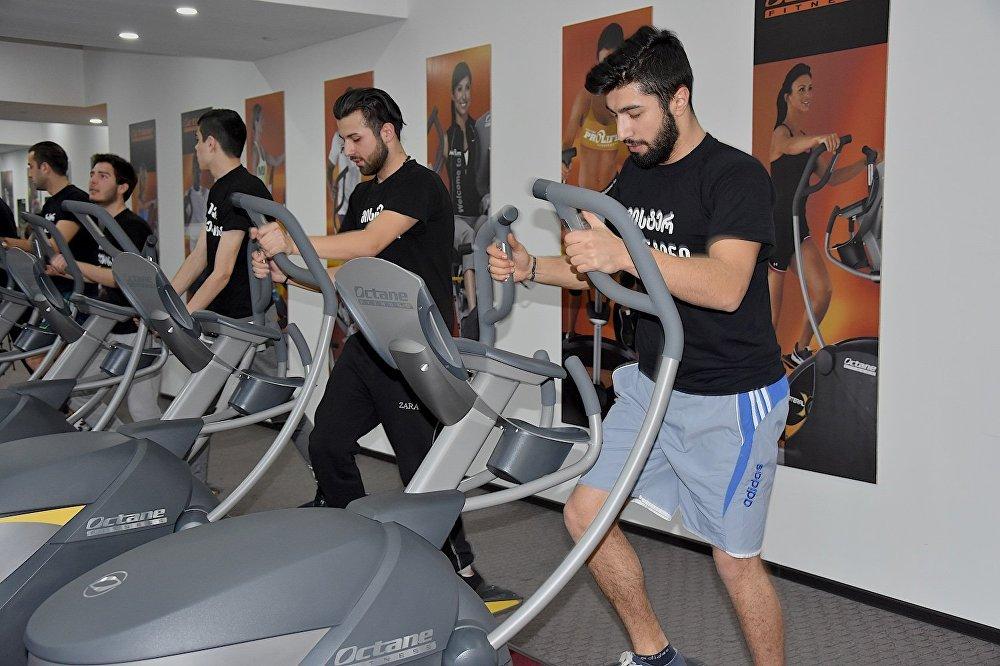 Участник конкурса Мистер Валентин занимается в спортзале перед финалом.