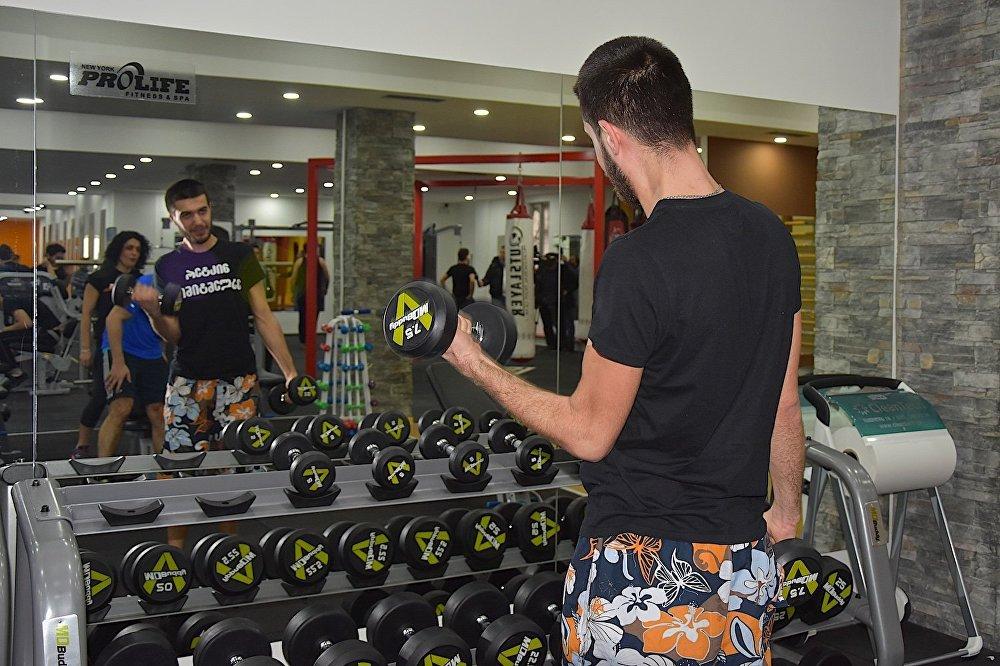Упражнение с гантелями - без зеркала не обошлось.