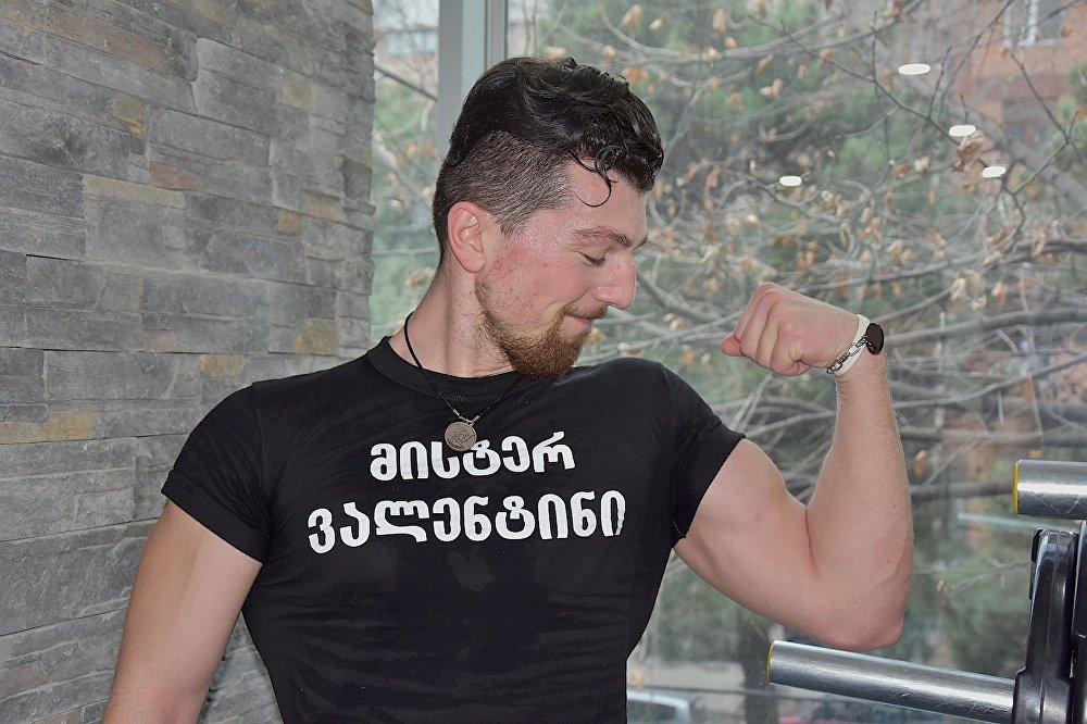 Участник конкурса Мистер Валентин демонстрирует накачанные бицепсы.