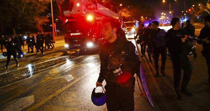 Пожарные машины и спасатели едут на место взрыва в Анкаре.