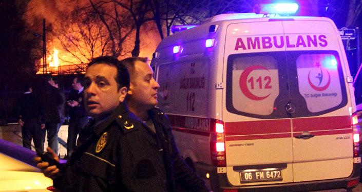 Машины Скорой помощи прибывают на место теракта в Анкаре