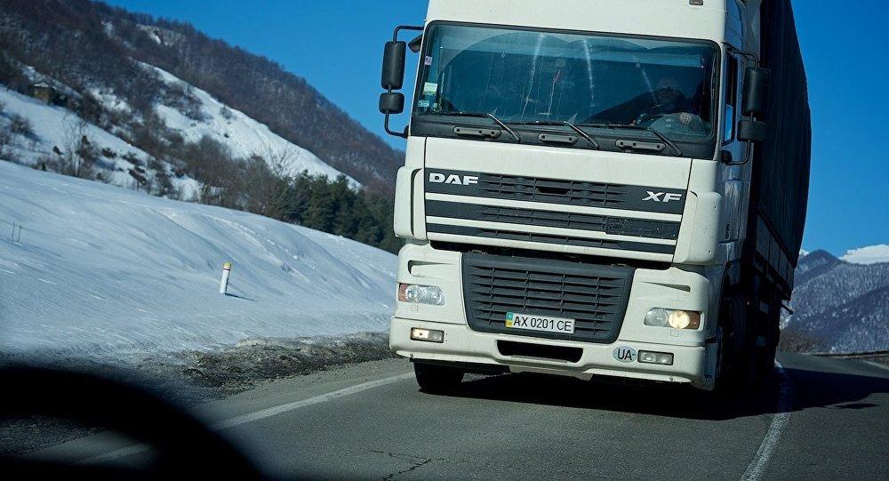 Трейлер едет по Военно-Грузинской дороге
