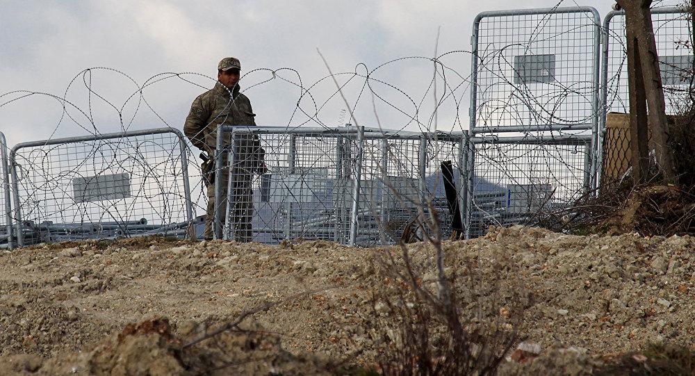 Солдат турецкой армии на границе с Сирией