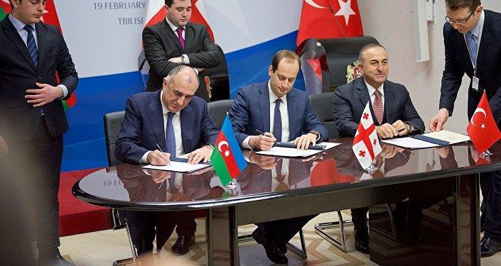 Главы МИД Азербайджана, Грузии и Турции подписывают совместную декларацию