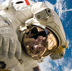 Nasa-ს ასტრონავტი ღია კოსმოსში