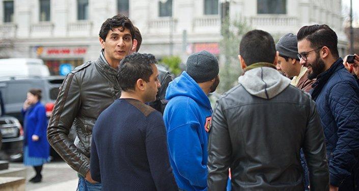 Приезжие с Ближнего Востока на одной из тбилисских улиц