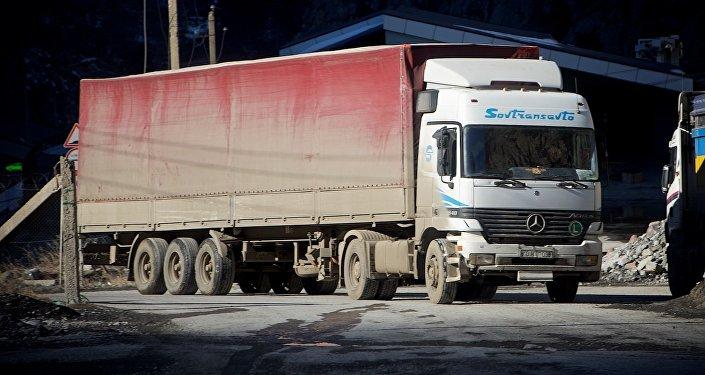 Грузовой трейлер на Военно-Грузинской дороге у ТПП Дариали
