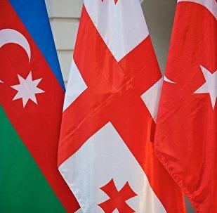 Флаги на встрече делегаций Азербайджана, Грузии и Турции