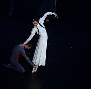 Нино Ананиашвили выступает на сцене с Александром Волчковым