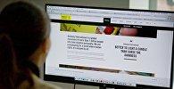 Девушка знакомится с публикациями на сайте Amnesty International