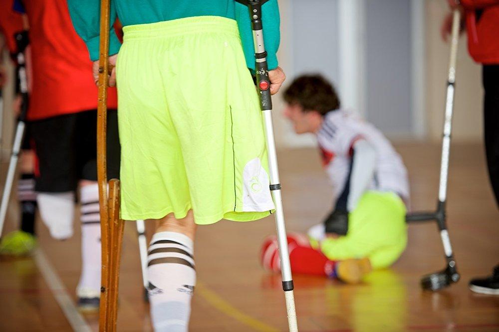 Но палки, на которые опираются футболисты-ампутанты не всегда надежны. Нередки падения во время игры.