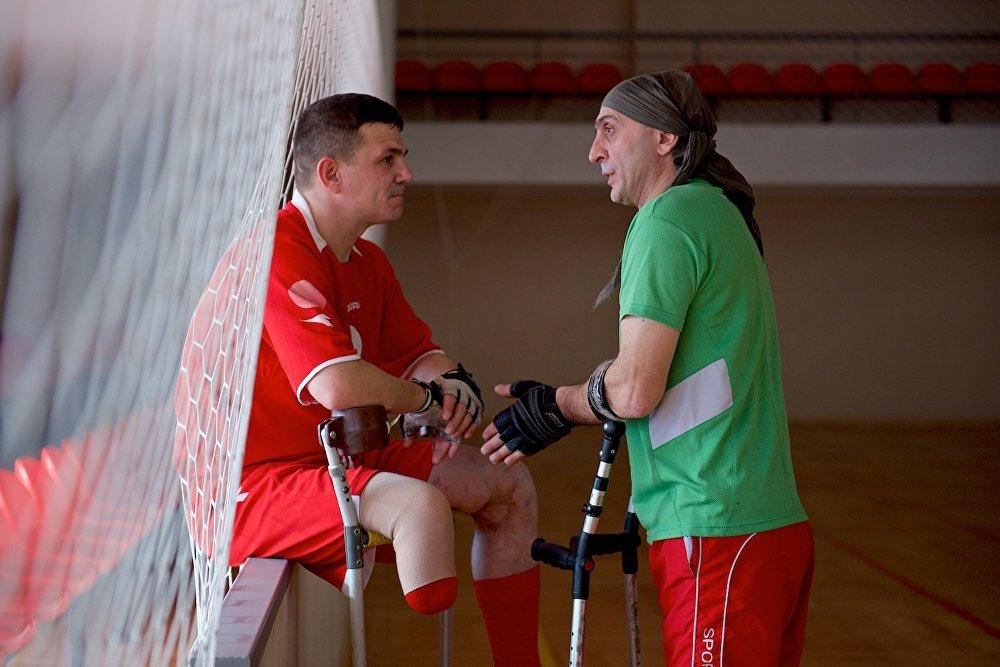 Как говорит основатель команды Георгий Хведелидзе (справа), начать играть и тренироваться может любой желающий, вне зависимости от вида травмы и возраста.