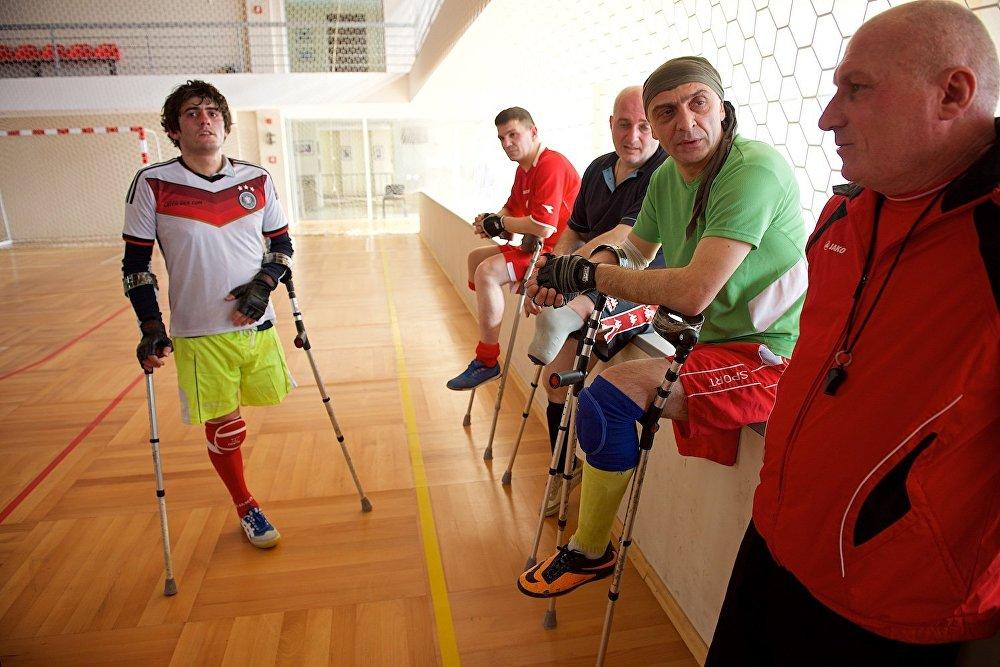У футбольной команды ампутантов нет своего стадиона, поэтому место тренировки может меняться каждую неделю.