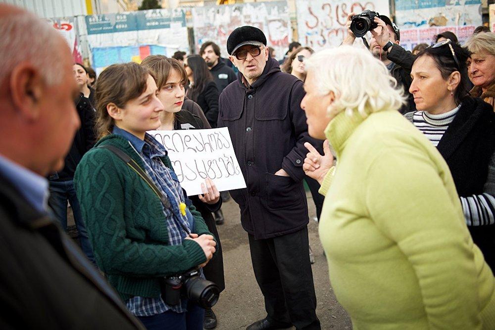 Жители Тбилиси спорят о социальных проблемах во время проведения в столице Грузии акции в поддержку шахтеров, бастующих в Ткибули.