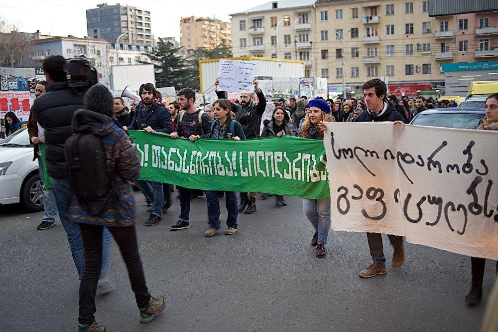 Шествие участников акции в поддержку шахтеров к зданию компании Georgian Industrial Group.