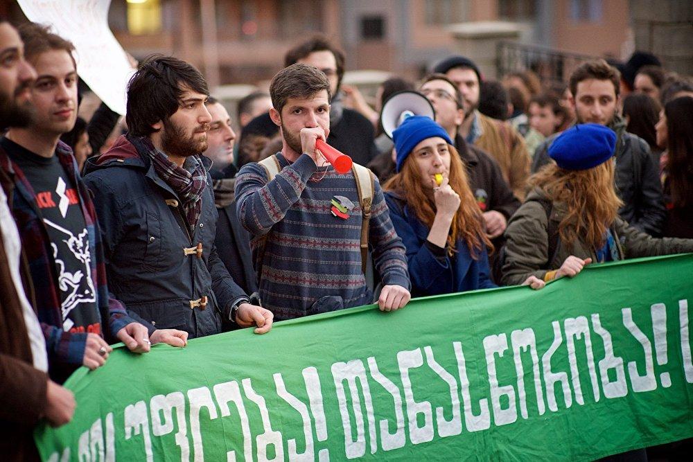 Участники акции в поддержку шахтеров проходят шествием от центра Тбилиси к зданию компании Georgian Industrial Group.