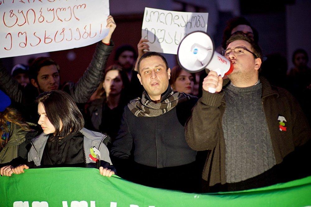 Один из организаторов акции выступает перед собравшимися, заявляя, что он и его единомышленники полностью поддерживают требования шахтеров об улучшении условий труда и повышении зарплаты.