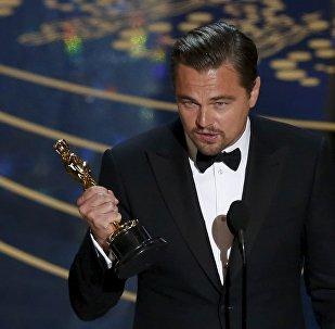 Актер Леонардо Ди Каприо держит в руках статуэтку Оскар