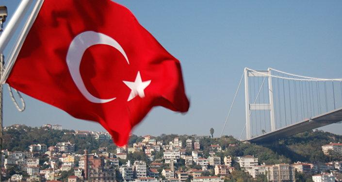 Мост через Босфор и флаг Турции