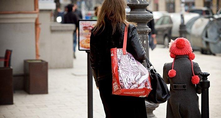 Женщина с дочерью идут по центру грузинской столицы