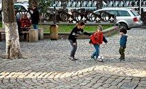 Дети играют в парке в центре грузинской столицы