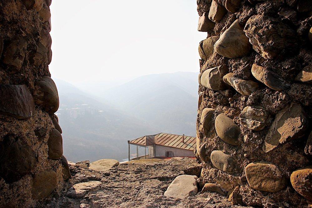 Толщина стен достигает более одного метра. Большая прочность конструкции достигнута благодарят тому, что в раствор при кладке камней добавляли куриные яйца. От этого стена имеет характерный серо-желтый цвет.