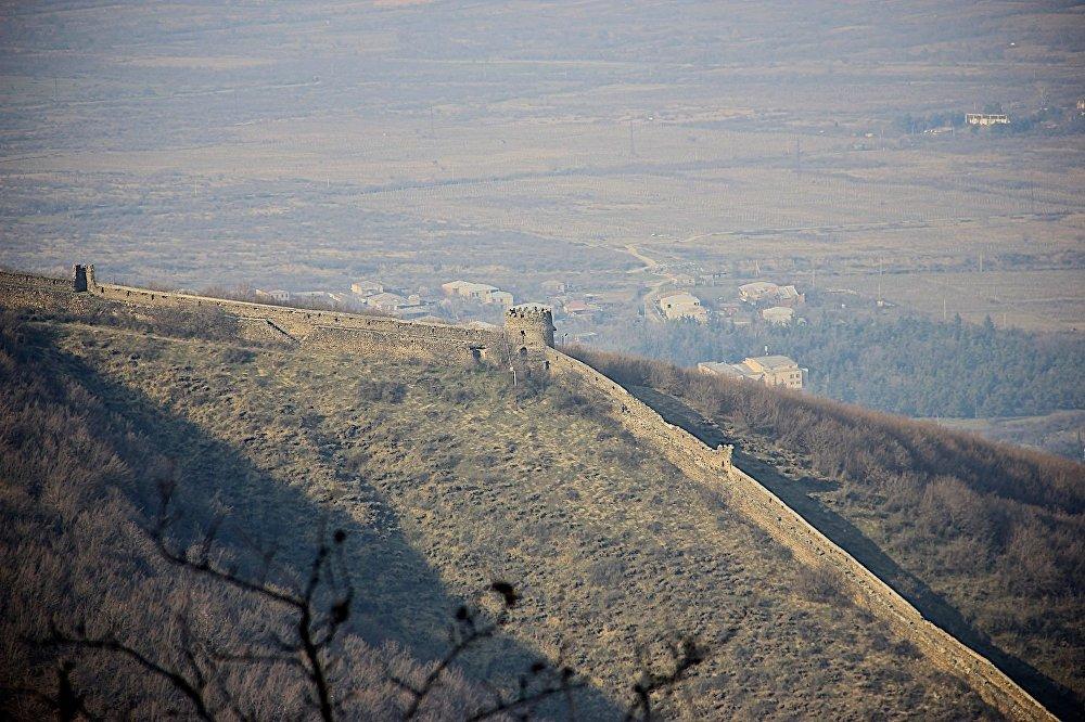 По мнению большинства туристов и самих жителей, необычнее всего в этом месте - Сигнахская крепость. Это замкнутый периметр стен, идущий по полукольцу высот, внутри которого – ущелье. Протяженность стен – более 4,5 километров.