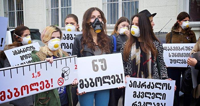Студенты в противогазах требовали ограничить продажу сигарет в Грузии