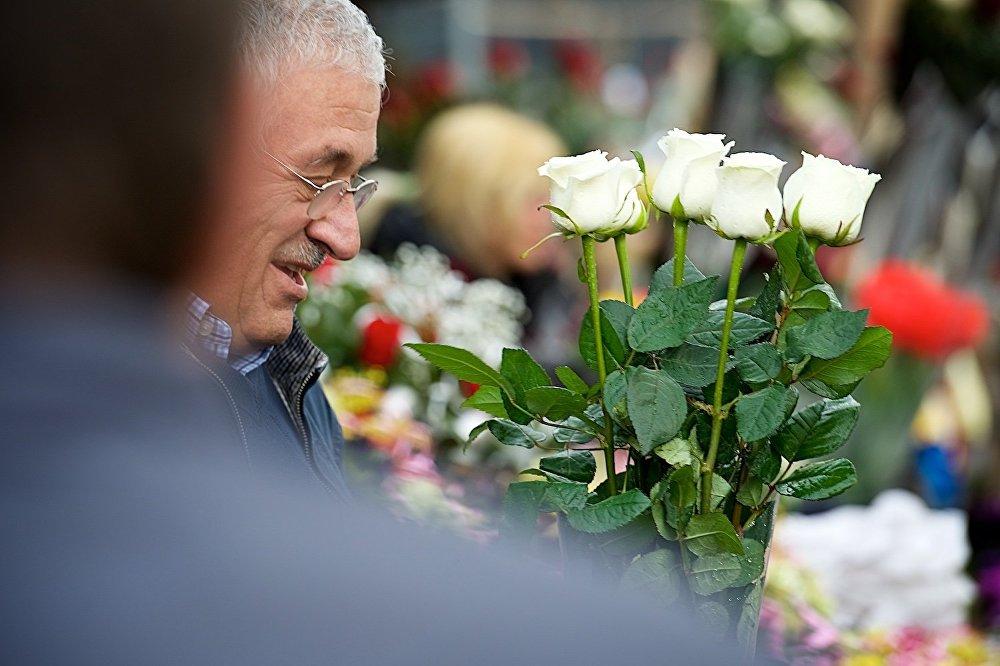 მამაკაცი ყვავილებს ყიდულობს