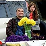 8 მარტს ყვავილების გამყიდველი მამაკაცი თავის ქალიშვილთან ერთად