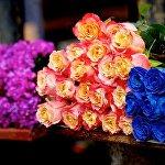 ყვავილების ბაზრობაზე სხვადასხვა ფერის ვარდები იწონებენ თავს