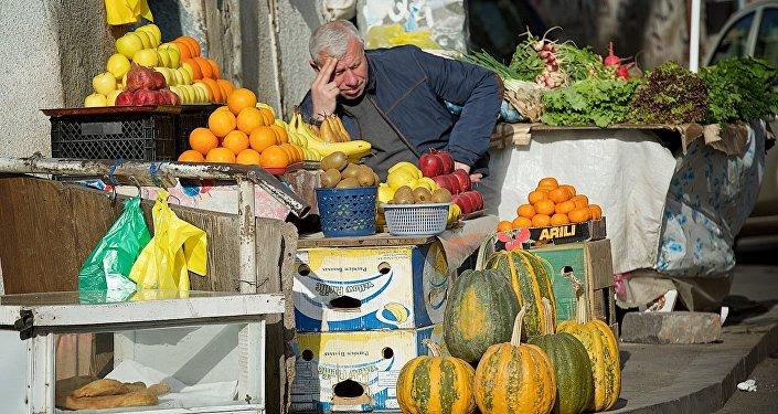 Торговец овощами и фруктами на одной из тбилисских улиц