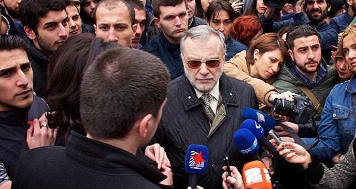 Владимир Папава среди протестующих студентов