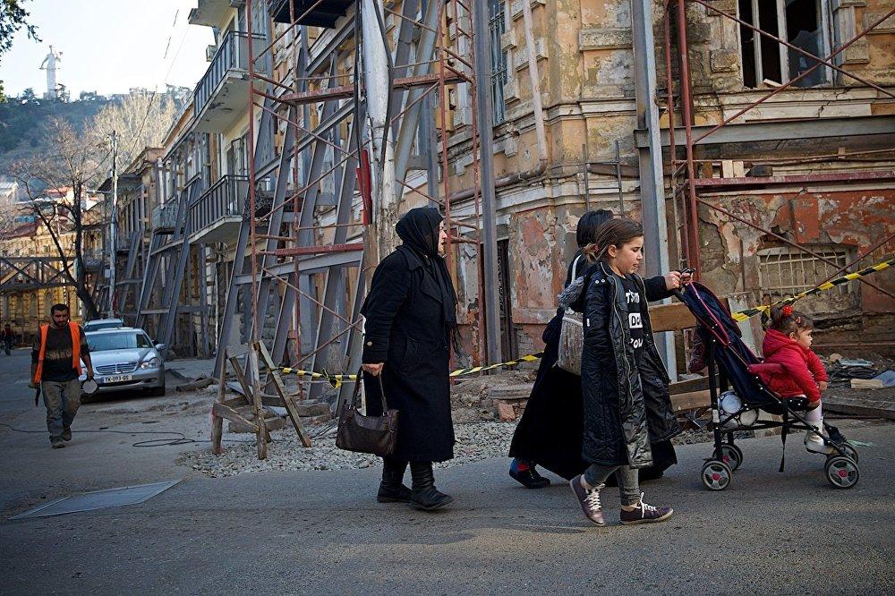 Иногда кажется, что и местные жители, которых не так много на улицах, тоже появляются словно из прошлого века.