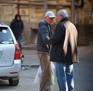 მამაკაცები ერთმანეთს ელაპარაკებიან გუდიაშვილის ქუჩაზე