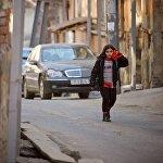 Девочка идет по улице Ахоспирели.