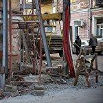 Специалисты говорят, что железные опоры поставили не для ремонта фасадов. Они нужны, чтобы при замене коммуникаций и подземных работах здания не обрушились.