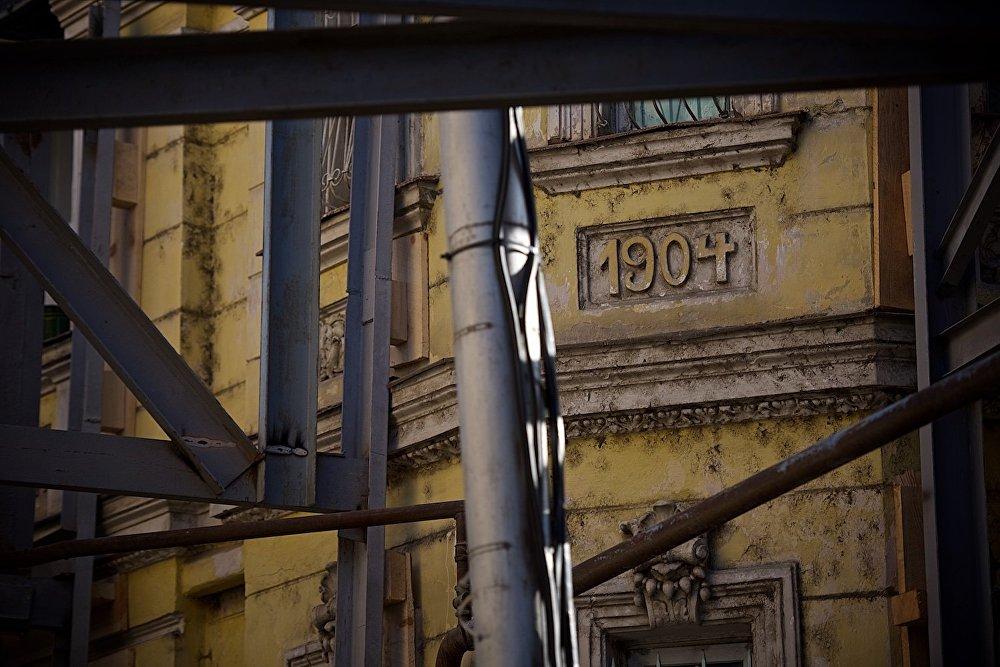 Надпись на одном из домов наглядно демонстрирует, что он был построен более ста лет назад, в 1904 году.