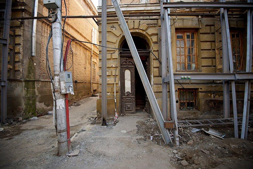 Вход в подъезд одного из домов на площади Гудиашвили.