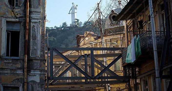 Сталь против времени - дома в старом Тбилиси укрепили железными опорам