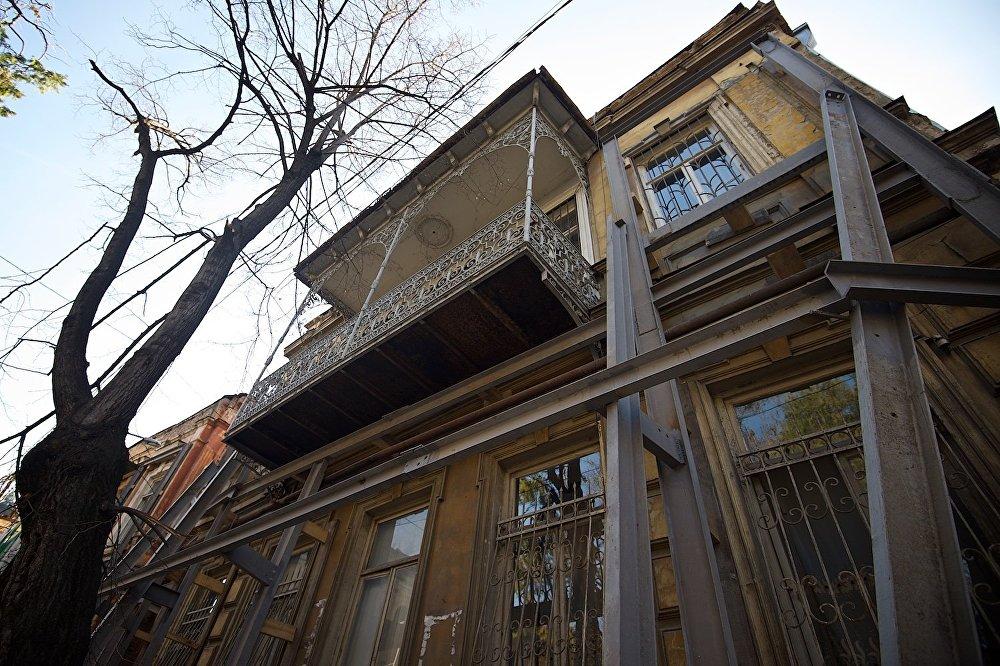 Один из домов на площади Гудиашвили.