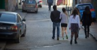 Молодые люди идут по улице в старом Тбилиси