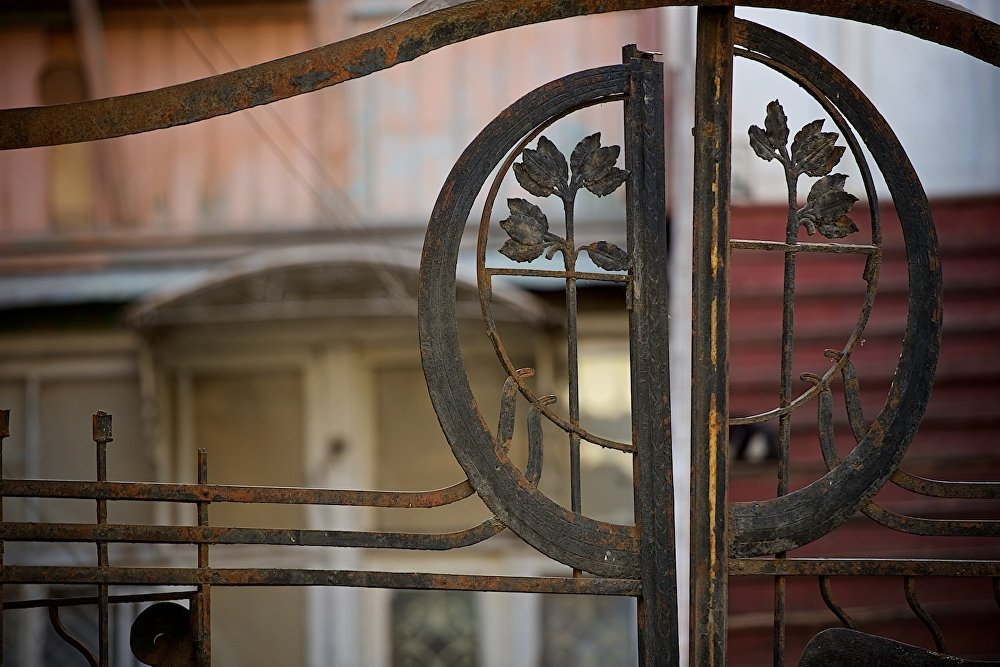 Железные ворота, ведущие во двор одного из домов на площади Гудиашвили.