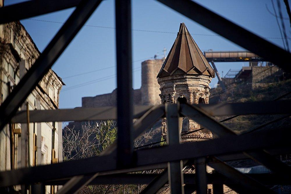 Хотя кажется, что именно тут - сердце старого Тбилиси, где несмотря на разрушения, сохранились уют и очарование.
